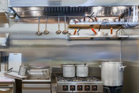 utensilios de cocina: Cocina profesional en un restaurante Foto de archivo