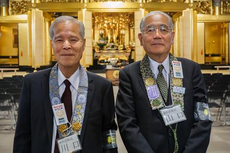 acomodador: TOKIO, JAP�N - 25 de noviembre de Tsukiji Honganji Temple en Tokio, Jap�n el 25 de noviembre 2013 japonesa ujier mayor se puede encontrar para dar informaci�n y ayudar a la gente en el templo