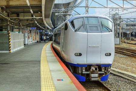 treno espresso: KYOTO, GIAPPONE - 20 ottobre: ??Haruka Treno a Kyoto, in Giappone il 20 ottobre 2014. Un treno diretto, che collega Maibara via Stazione di Kyoto alla stazione dell'aeroporto di Kansai a Osaka Prefecture