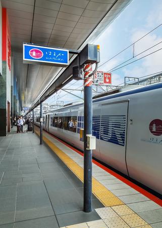 treno espresso: KYOTO, GIAPPONE - 20 ottobre: ??Haruka treno a Kyoto, in Giappone il 20 ottobre 2014. Un treno diretto, che collega Maibara via Stazione di Kyoto alla stazione dell'aeroporto di Kansai nella prefettura di Osaka Editoriali