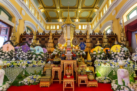 wat bowon: Wat Bovorn (Bowon) Nivet Viharn in Bangkok, Thailand  BANGKOK, THAILAND - DECEMBER 24: Wat Bovorn (Bowon) in Bangkok, Thailand on December 24, 2014. The mortuary urn of Buddhist supreme patriarch of the Buddhist priests in the mainn hal of wat Bovorn