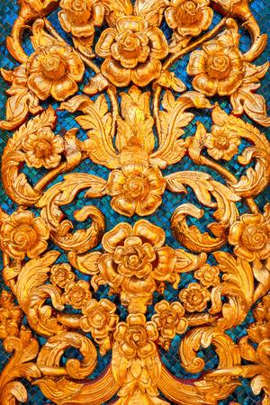 bas relief: Bas relief de Thai style de motif sur le mur dans un temple tha�landais