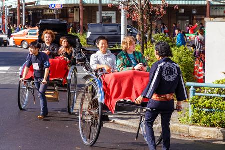 rikscha: Tokyo, Japan - 15. November 2015: Nicht identifizierte Rikscha-Fahrer mit Passagieren in Asukusa Station in der N�he Sumida-Fluss