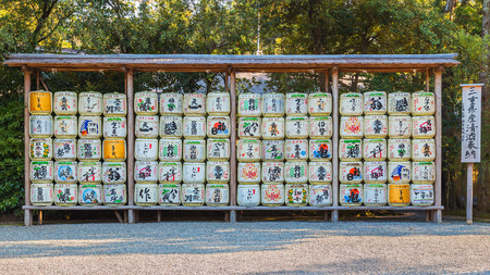 Sake vat in Ise Jingu Naiku (Ise Grand-schrijn - binnenste schrijn) in Ise City, Mie Prefecture MIE, JAPAN - NOVEMBER 20, 2015: Sake vat in Ise Jingu Naiku (Ise Grand-schrijn - binnenste schrijn) in Ise City, Mie Prefecture