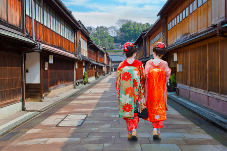 Geisha japonés en Higashi-Chaya-gai - Distrito Geisha en Kanazawa, Japón Kanazawa, Japón - 22 de noviembre de 2015: Geisha japonés no identificado en Higashi-Chaya-gai - distrito Geisha Editorial