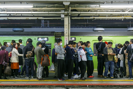 plataforma: KYOTO, JAPAN - NOVEMBER 22 2015: Crowded people gathere on a platform at Kyoto Station in a peak autumnal season Editorial