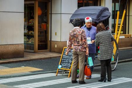 rikscha: YOKOHAMA, Japan - 24. November 2015: Nicht identifizierte Rikschafahrer auf einer Straße von Yokohama Chinatown Editorial