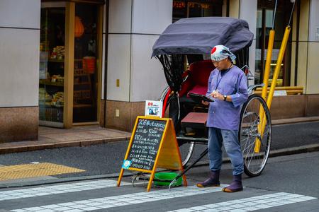 rikscha: YOKOHAMA, JAPAN - NOVEMBER 24 2015: Unidentified rickshaw driver on a street of Yokohama Chinatown Editorial