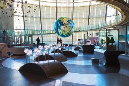 """TOKYO, JAPAN - 27. November 2015: Das Nationalmuseum für Entwicklung von Wissenschaft und Innovation, als Miraikan bekannt wahrsten Sinne des Wortes """"Future Museum"""" erstellt von Japan Science and Technology Agency"""