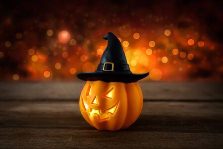 tallado en madera: Halloween pumpkin head jack lantern on wooden background Foto de archivo