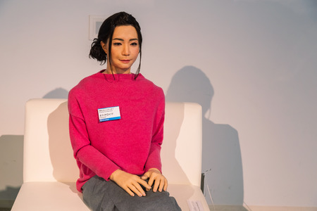 ser humano: TOKIO, JAPÓN - 27 de noviembre de 2015: Otonaroid o adulto androide creado después de un ser humano real que se muestra en una sala de Miraikan, el Museo Nacional de Ciencias Emergentes e Innovación en la zona de Odaiba