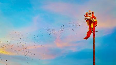 BANGKOK, THAILAND - FEBRUARI 20: Een groep mensen voert een leeuwdans uit tijdens de viering van het Chinese Nieuwjaar