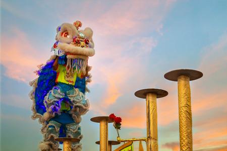 バンコク、タイ - 会期 20: 人々 のグループが中国の新年の祭典の間にライオン ダンスを実行します。 報道画像
