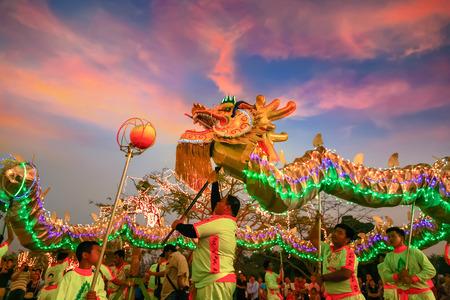 BANGKOK, THAILANDIA - 20 febbraio: Un gruppo di persone eseguire una danza del drago durante la celebrazione del Capodanno cinese