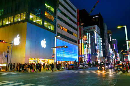 paso de peatones: TOKYO, JAPAN - NOVEMBER 28 2015: The Ginza is the Tokyos most famous upmarket shopping, dining and entertainment district featuring numerous department stores, boutique, art galleries, restaurants and cafe