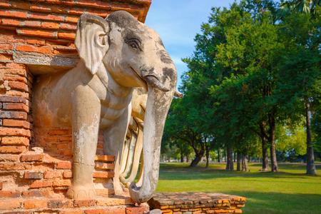 Templo de Wat Sorasak en el parque histórico de Sukhothai, un sitio del patrimonio mundial de la UNESCO en Tailandia Foto de archivo - 90299617