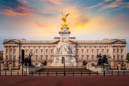 Victoria Memorial przy Mall Road przed Pałacem Buckingham w Londynie