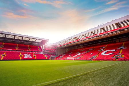 LIVERPOOL, VEREINIGTES KÖNIGREICH - 17. MAI 2018: Anfield-Stadion, das Heimstadion von Liverpool FC, das eine Sitzplatzkapazität von 54.074 hat und es das sechstgrößte Fußballstadion in England macht