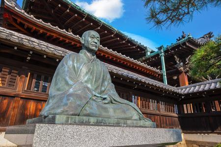 東京、日本 - 2018年4月20日:仙学寺で日本で20世紀を代表し、最も影響力のある禅師の一人、澤明小堂郎の像