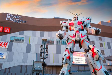 TOKYO, JAPAN - APRIL 20 2018: Full-size Mobile suit RX-0 Unicorn Gundam replica uit de Mobile Suit Gundam Unicorn-serie op Diver City Tokyo Plaza - een winkelcentrum in het gebied van Odaiba Redactioneel