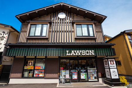 GUNMA, JAPAN - APRIL 27 2018: Lawson convenient store with japanese traditional style and adative tone decoation at Kusatsu Onsen, one of Japan's most famous hot spring resorts 스톡 콘텐츠 - 108089501
