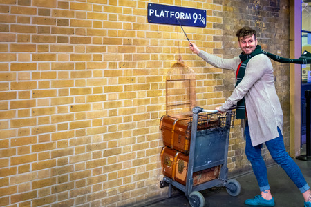 London, UK - May 12 2018: Unidentified people poses at the platform 9 3/4 that taken fron Harry Potter movie in King's Cross station 写真素材 - 112208068