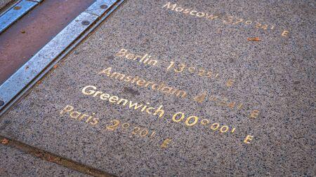 Londres, Reino Unido - 21 de mayo de 2018: Londres, Reino Unido - 14 de mayo de 2018: El Observatorio Real de Greenwich es un observatorio situado en una colina en Greenwich Park, mejor conocido por el hecho de que pasa el primer meridiano Editorial