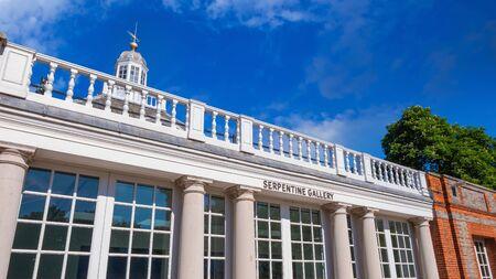 Londres, Reino Unido - 14 de mayo de 2018: The Serpentine Galleries es una galería de arte contemporáneo en Hyde Park. La exibición. la entrada a la galería es gratuita Editorial