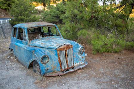 Coche viejo junto a la carretera en Grecia