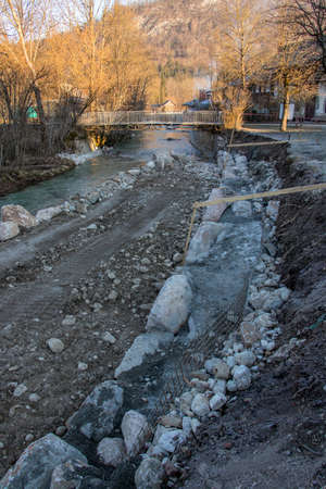 to pour concrete in river bank Imagens