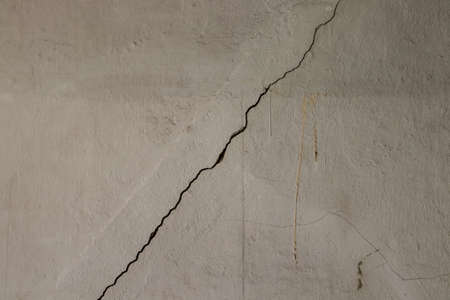 crack on the wall Imagens