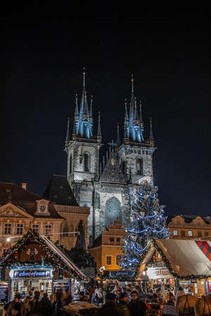 Chiesa di nostra signora prima di týn a Praga di notte Archivio Fotografico