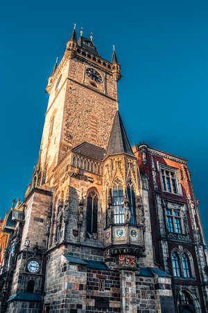 Das Alte Rathaus mit astronomischer Uhr von der Seite