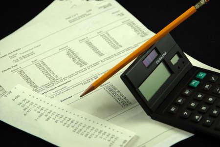 balancing dusiness bank statement with pencil and calculator 版權商用圖片