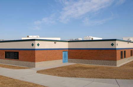 school house: casa de la escuela del ladrillo sin estudiantes o profesores afuera