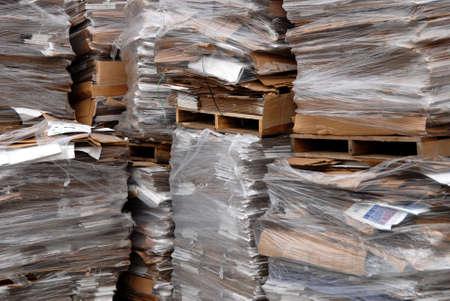 recycleren centrum met vele pallets van gerecycleerd karton Stockfoto