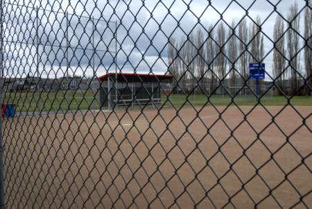 baseball dugout: vista del campo de b�isbol vac�o de la trinchera Foto de archivo
