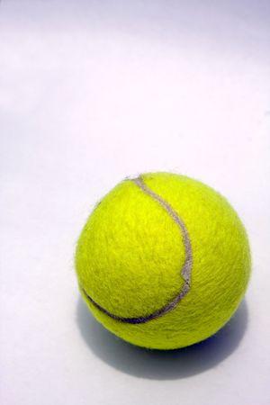Es una pelota de tenis.  Foto de archivo