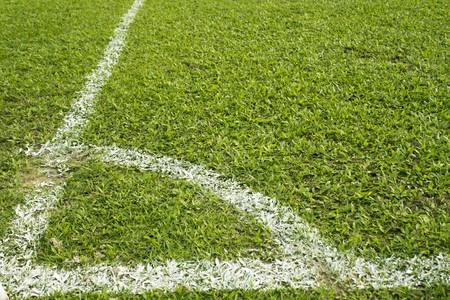 voetbal veld met groene gras en witte lijn  Stockfoto