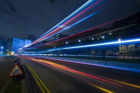 speed line: traffico di notte a Hong Kong