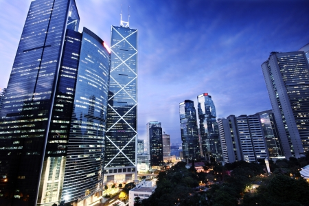 buildings on water: edificio por la noche en Hong Kong