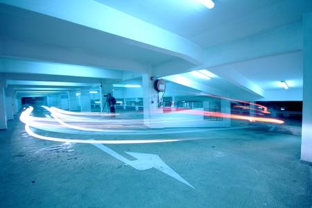 blue toned: nel parcheggio del traffico con tonificati di blu
