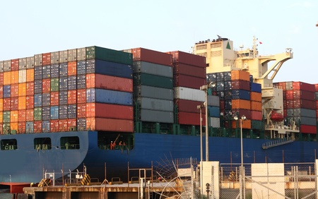 export and import: Barco de contenedores cerca de la estaci�n de contenedor de hong kong Foto de archivo