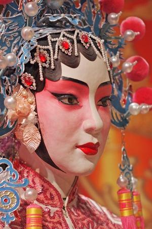 중국 오페라 더미와 텍스트 공간으로 붉은 천, 그것은 장난감,하지 진짜 남자입니다 에디토리얼