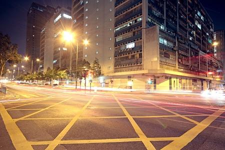 Ciudad moderna urbana con tráfico de la autopista en la noche, hong kong