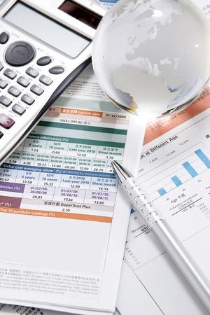 Finanz-Diagramme und Grafiken auf den Tisch