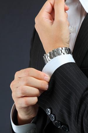 tuxedo man: stringere un bracciale Archivio Fotografico