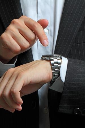 Männer die Hand mit einer Uhr.