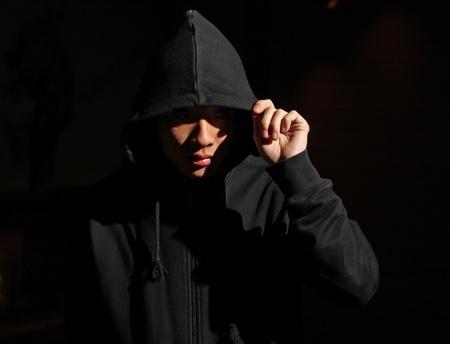 Monochrome Bild von einem Mann in einer Kapuze