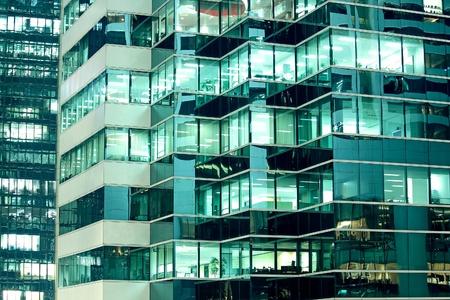 Nahtlose Abbildung ähnlich beleuchteten Fenster in einem hohen Gebäude in der Nacht